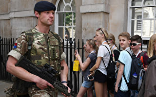 曼城恐怖袭击后,英国各地假强警戒。        (JUSTIN TALLIS/AFP/Getty Images)