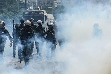 5月4日,示威者同警方冲突。(FEDERICO PARRA/AFP/Getty Images)