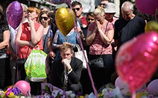 圖:5月22日晚英國曼徹斯特體育場發生自殺炸彈恐怖襲擊,導致22人死亡、59人受傷。圖為5月25日為遇難者默哀的曼徹斯特市的民眾。(Leon Neal / Getty Images)