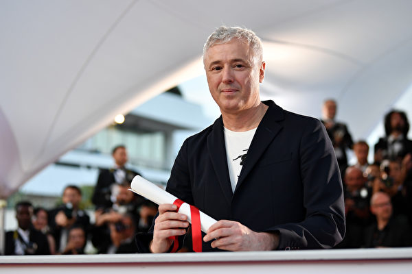 """CANNES, FRANCE - MAY 28: Robin Campillo winner of the Grand Prix for the movie """"120 Beats Per Minute"""" (120 Battements Par Minute) attends the Palme D'Or winner photocall during the 70th annual Cannes Film Festival at Palais des Festivals on May 28, 2017 in Cannes, France. (Photo by Pascal Le Segretain/Getty Images)"""