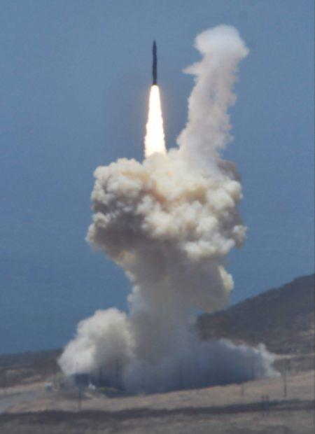 一拦截导弹于2017年5月30日在加利福尼亚州范登堡空军基地起飞。美军表示,它成功地拦截了从马绍尔群岛里根测试场地发射的模拟洲际弹道导弹目标。(GENE BLEVINS/AFP/Getty Images)
