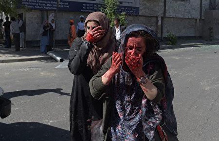 5月31日阿富汗首都喀布尔发生大爆炸事件,图为惊恐的路人。(SHAH MARAI/AFP/Getty Images)