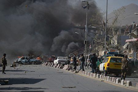 5月31日阿富汗首都喀布尔发生大爆炸事件,现场黑烟滚滚。 ( SHAH MARAI/AFP/Getty Images)