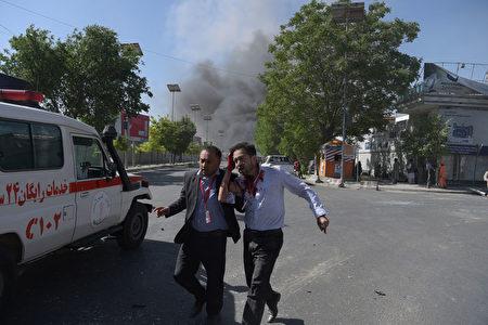 5月31日阿富汗首都喀布尔发生大爆炸事件,人们赶紧逃离。 (SHAH MARAI/AFP/Getty Images)