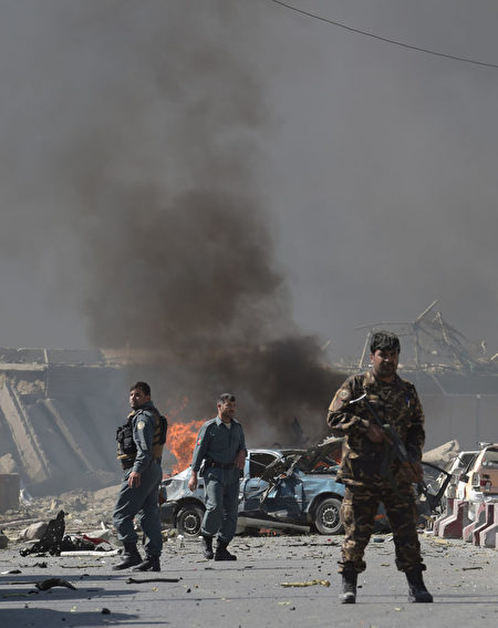 5月31日阿富汗首都喀布尔发生大爆炸事件,现场黑烟滚滚。(SHAH MARAI/AFP/Getty Images)