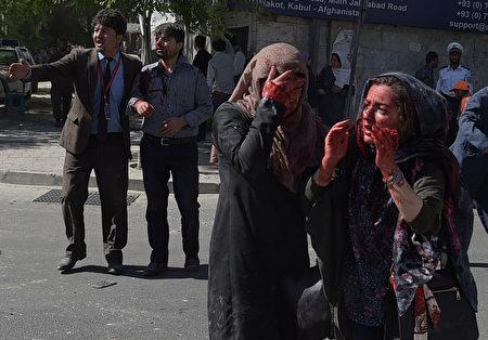 5月31日阿富汗首都喀布尔发生大爆炸事件,图为受伤者。( SHAH MARAI/AFP/Getty Images)