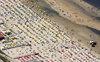 Crowds throng the beach on a sunny sunday at  Zandvoort on May 11, 2008. Traffic jammed the roads.   AFP PHOTO KOEN SUYK netherlands out - belgium out (Photo credit should read KOEN SUYK/AFP/Getty Images)