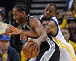 NBA西區決賽首場較量,金州勇士在落後25分情況下,以113:111險勝聖安東尼奧馬刺。 (Thearon W. Henderson/Getty Images)