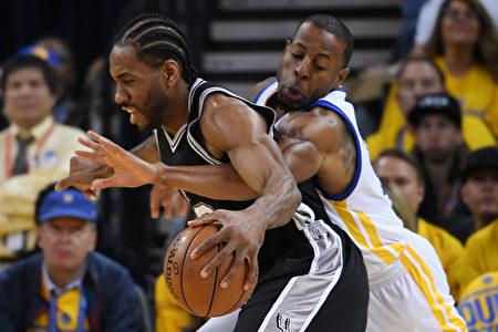 NBA西区决赛首场较量,金州勇士在落后25分情况下,以113:111险胜圣安东尼奥马刺。 (Thearon W. Henderson/Getty Images)