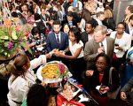 特色美食引得食客大排长龙。图为海地使馆展位。(里根大厦提供)