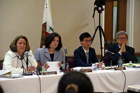 出席会议的四位天普市市议员,左二为市长Cynthia Sternquist。(刘菲/大纪元)