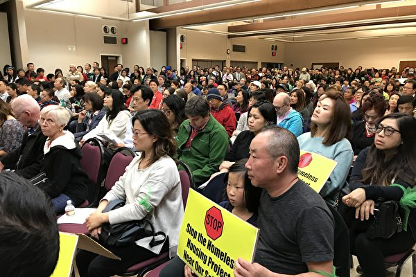 周二(5月16日)晚天普市议会改在Live Oak公园会议厅举行,现场爆满。(刘菲/大纪元)