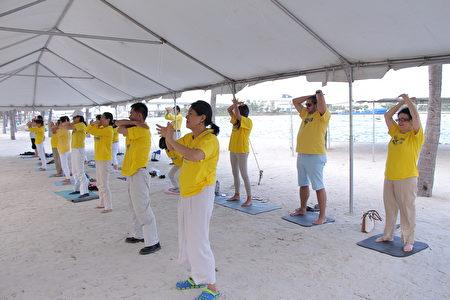迈阿密地区部分法轮功学员在迈阿密市中心的湾滨公园(Bayfront Park)炼功、庆祝大法洪传25周年,暨第18届世界法轮大法日。(姜梅/大纪元)