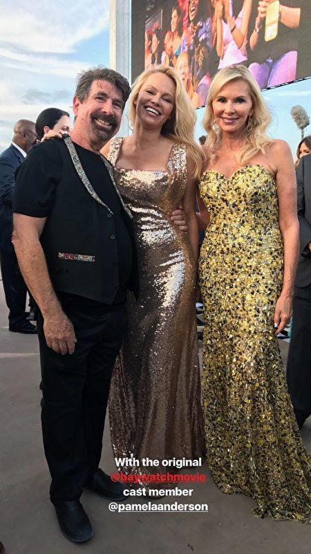電影版《海灘救護隊》(Baywatch) 製片人邁克爾‧伯克 (Michael Berk) 和太太米歇爾‧伯克 (Michelle Berk) 與女星帕米拉‧安德森 (Pamela Anderson,中) 合影。(Michelle Berk和Alexandra Dorriz提供)