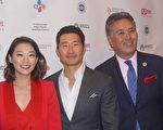 韩裔演员Arden Cho(左一)、金大贤(中)与国会议员Mark Takano(右一)。(林乐予/大纪元)
