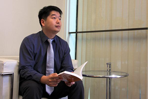 陈东与记者分享因修炼法论大法而找到人生与音乐创作的方向。(徐绣惠/大纪元)