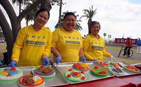 洛杉磯越南裔的法輪大法學員親手製作糕點慶祝法輪大法日。(徐綉惠/大紀元)