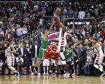 華盛頓奇才隊的沃爾在終場前3.9秒,投中三分准絕殺瞬間。(Rob Carr/Getty Images)