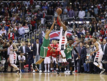 华盛顿奇才队的沃尔在终场前3.9秒,投中三分准绝杀瞬间。(Rob Carr/Getty Images)