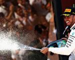 梅赛德斯车手汉密尔顿利用好的轮胎策略,反超维特尔,夺得西班牙站冠军。 (Mark Thompson/Getty Images)
