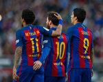 本赛季到目前为止,巴萨MSN三叉戟——梅西(中)、内马尔(左)和苏亚雷斯已总共打进了101球。(Denis Doyle/Getty Images)
