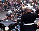 """退伍海军上士蒂姆·钱伯斯(戴白帽者)连续第16年在""""滚雷""""游行上向退伍军人敬礼。 (新唐人电视台)"""