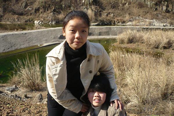 蒋炼娇和妹妹蒋立宇。(蒋炼娇提供,摄于2010年)