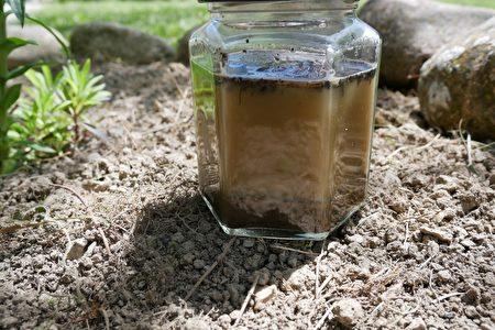 土和水的小试验。(林丽霞/大纪元)
