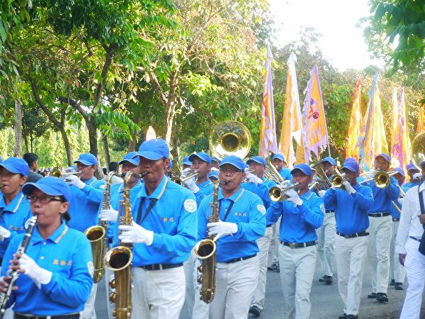 巴厘岛法轮功学员庆祝李洪志先生六十六岁华诞暨世界法轮大法日。天国乐团打头阵(萧律生/大纪元)