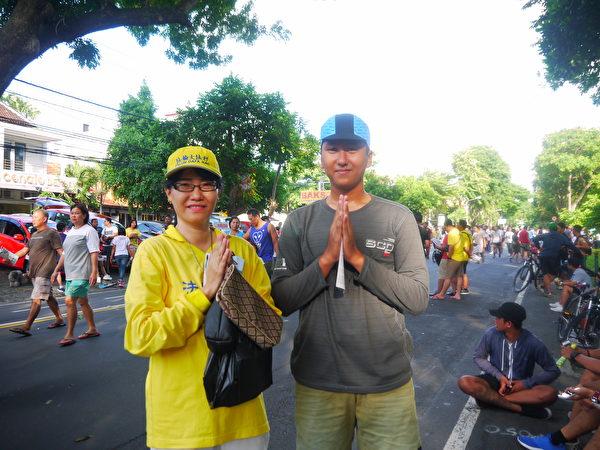 巴厘島15歲男生表示很喜歡這樣的游行,要把法輪功的消息告訴母親。(蕭律生/大紀元)