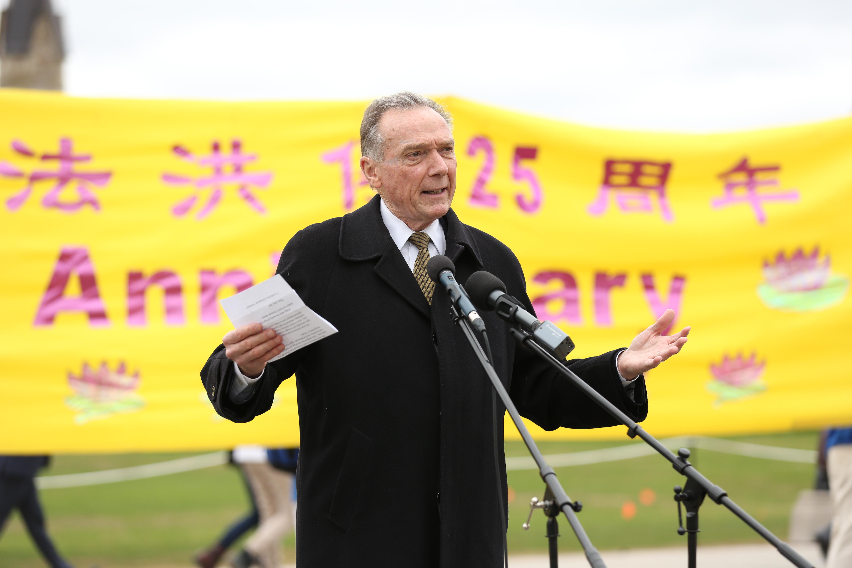 前环境部长、保守党国会议员Peter Kent在5月9日加拿大国会山前的法轮功学员的集会中呼吁营救孙茜。(艾文/大纪元)