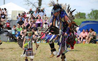 Pow Wow传统庆典上的原住民舞蹈三(任侨生/大纪元)