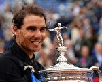 巴塞羅那網球賽,納達爾完勝奧地利新星蒂姆,背靠背實現「十冠王」成就。 (JOSEP LAGO/AFP/Getty Images)