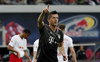 已卫冕成功的拜仁在客场5:4逆转排名第二的莱比锡红牛。莱万(右)梅开二度,在德甲金靴之争中抢得先机。 (Boris Streubel/Bongarts/Getty Images)