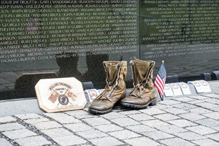 越战纪念碑下的一双军靴。 (石青云/大纪元)