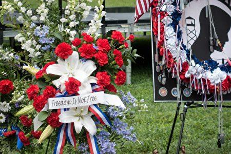 越战纪念碑前的花圈上写道:自由是要付出代价的。(石青云/大纪元)