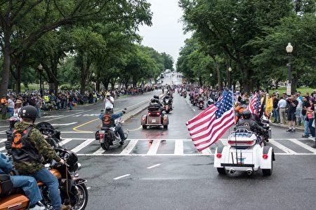 """""""滚雷""""游行30周年上,虽然天公不作美,但仍有大批民众在路旁为老兵致敬。(石青云/大纪元)"""