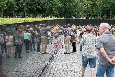 人们在越战纪念碑上寻找著名字。 (石青云/大纪元)