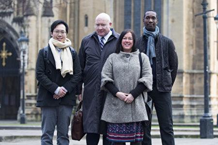 英国法轮功学员碧琪·詹姆士(Becky James)女士(右二)与美国调查记者伊森‧葛特曼(Ethan Gutmann,右三)合影。(Si Gross/大纪元)