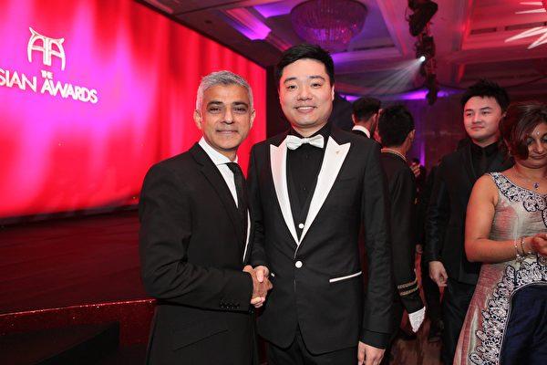 伦敦市长萨迪•汉(Sadiq Khan)与丁俊晖合影(Asian Awards主办方提供)