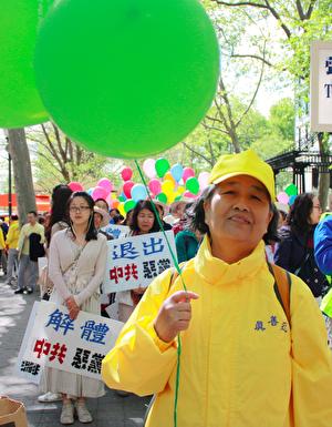 新西兰法轮功学员清华大学教师王久春 参加5.13纽约庆祝,介绍发生在自己身上的神奇故事,并感谢李洪志师父的给她新生。(骆亚/大纪元)
