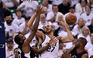 NBA季后赛首轮系列赛第六场,洛杉矶快船98:93客场战胜犹他爵士,两队将进行抢七大战。(Gene Sweeney Jr/Getty Images)