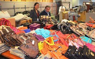 華人買假包的案件時有發生,圖為2016年警方在皇后區查獲的一批假包。 (大紀元資料圖片)