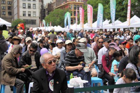 不少华裔民众在台下细细聆听现场的国乐演奏。 (洪雅文/大纪元)