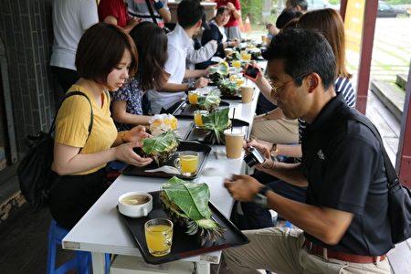"""客制化""""旺来之旅"""",日本游客品尝凤梨风味餐。(高市农业局提供)"""