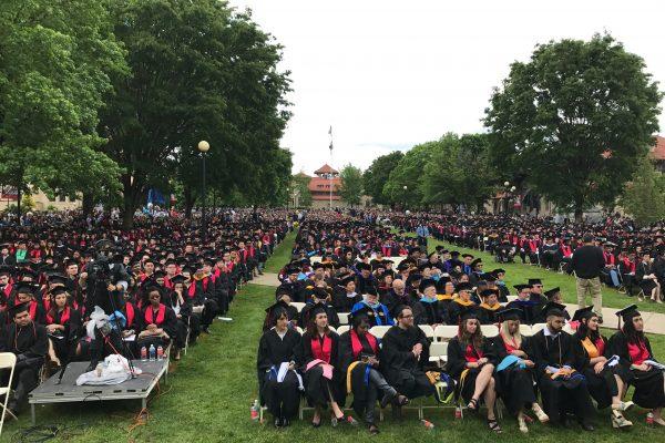 皇后學院2017年畢業典禮,三千學生出席。 (林丹/大紀元)