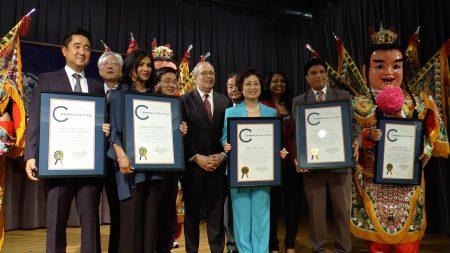 市主计长斯静格5月23日在法拉盛举办庆祝亚裔传统月活动,表彰朱宝玲等三名亚裔及一个亚裔团体。 (韩瑞/大纪元)