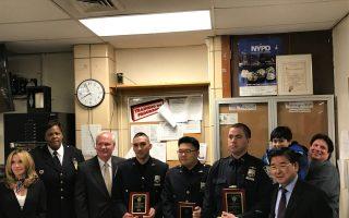 109分局警民會上對當月最佳警員進行表彰,州參議員艾維樂(左三)和市議員顧雅明(右一)出席警民會,左二為局長哈里森。 (林丹/大紀元)
