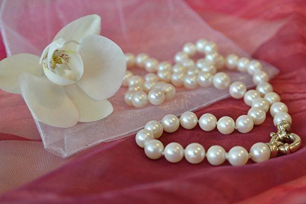 诚实的珠宝营业员会介绍好各种商品,不哄骗顾客强卖商品。(Pixabay )