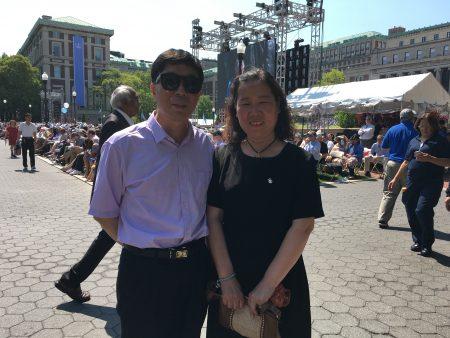"""还有从中国大陆专门飞来观礼的马先生夫妻俩。他们的女儿以GPA4.0的成绩获得了数字分析硕士。对此,他们感到""""非常欣慰""""。"""